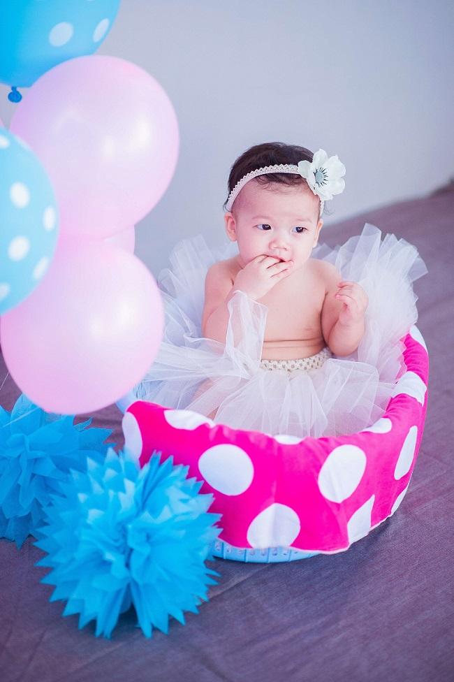 Bebê menina com saia de tule e tiara