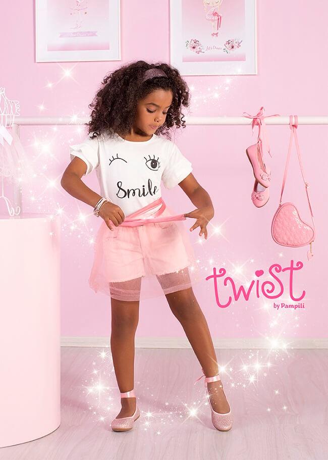 Menina Pampili com sapatilha twist e saia de tule