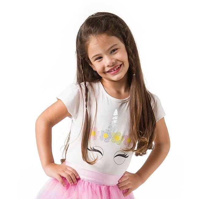 Menina Pampili usando camiseta unicórnio