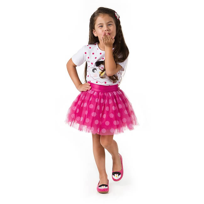 Menina Pampili usando saia tule rosa de bolinhas