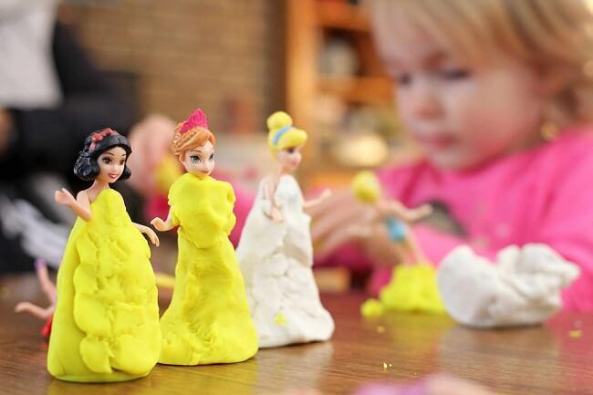 Menina brincando com bonecas