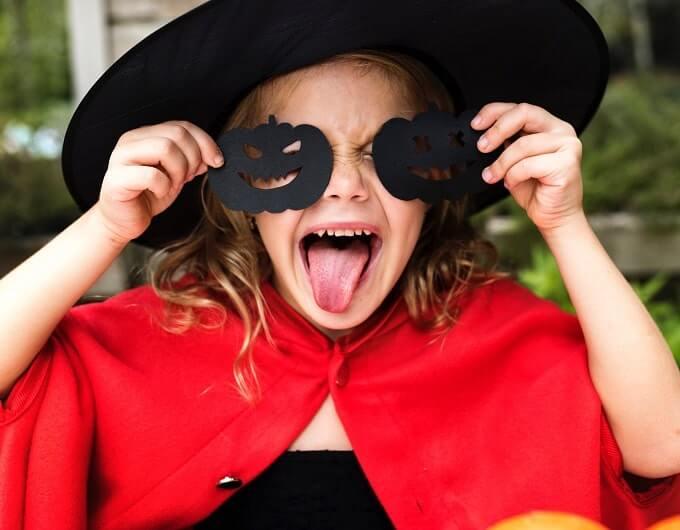 Menina fantasiada para o halloween