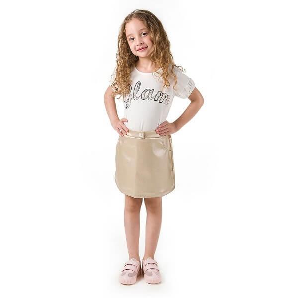 Menina vestindo blusinha branca glam com saia dourada